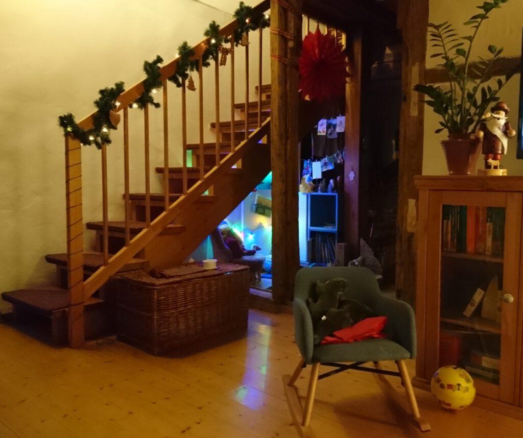 Eine geschmückte hölzerne Treppe.